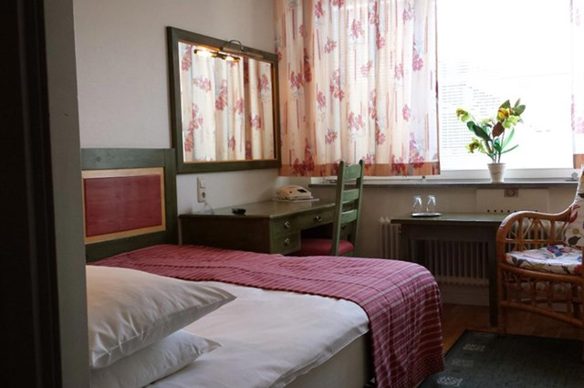 Single room with a bed and desk at Hotel Bishops Arms Mora